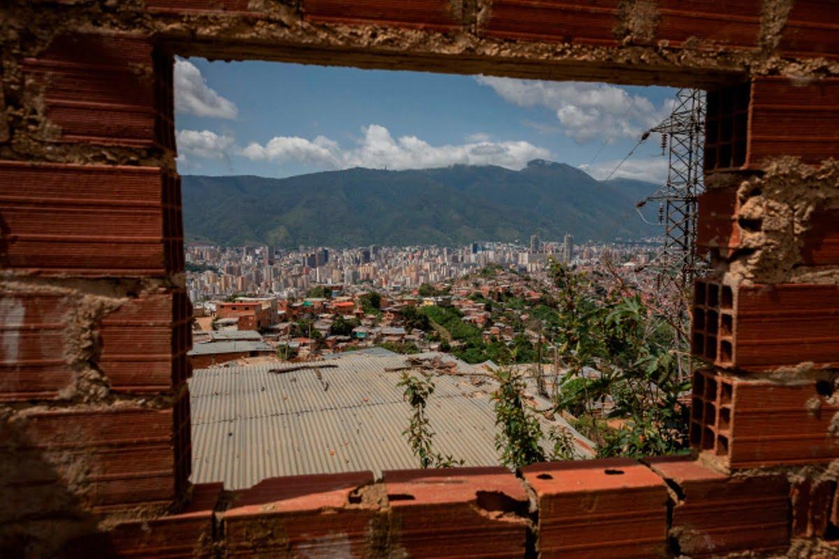 Vista de la ciudad desde una vivienda abandonada en la parte alta del barrio Cota 905, el 12 de julio de 2021, en Caracas (Venezuela). EFE/ Rayner Peña