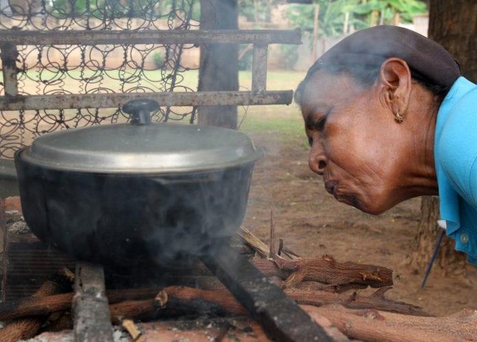 Cocinar a leña: la costumbre que le cuesta la salud al venezolano