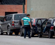 Escasez de gasolina mantiene a venezolanos en ascuas y haciendo colas