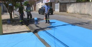 Pintan calles de azul