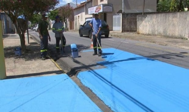 Pintan las calles de azul para reducir el calor