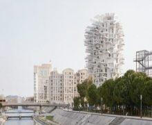 Torre cónica con balcones que brotan en todas las direcciones